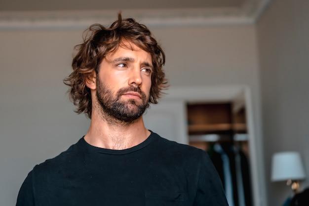 Streetstyle met een jonge brunette blanke man in een zwart pak en een wit overhemd in een luxe hotel. zenuwachtig bij de voorbereidingen voor het grote trouwevenement
