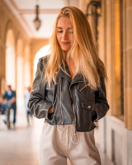 Streetstyle, mooie jonge blonde met leren jas