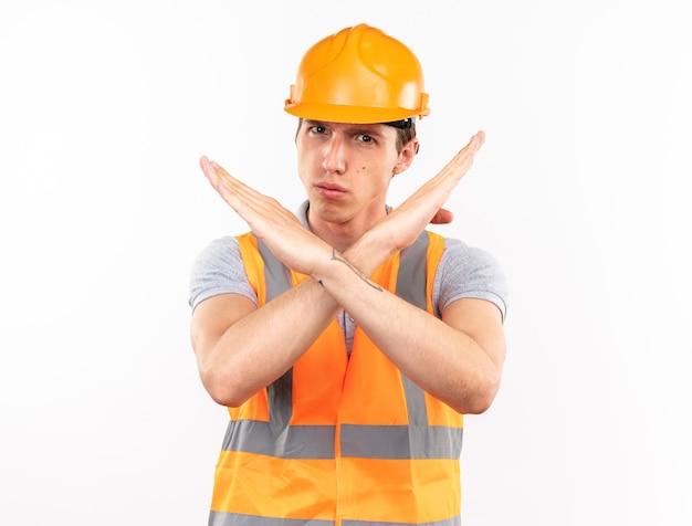 Strenge jonge bouwer man in uniform met gebaar van nee