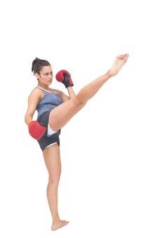 Strenge sportieve brunette schoppen in de lucht