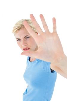 Strenge vrouw die met haar hand gesturing
