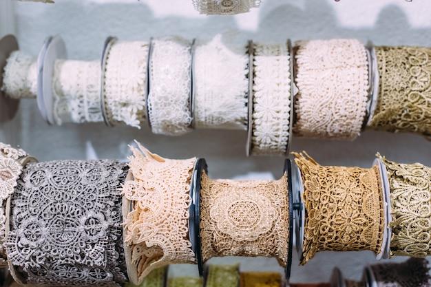 Strengen kant hangen op een plank in een handwerk- en handwerkwinkel
