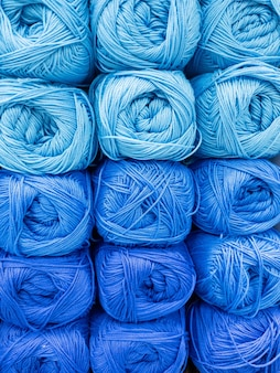 Strengen van blauwe draad voor handwerk close-up. achtergrondafbeelding, naaien, borduren, handgemaakt, hobby, diy concept.