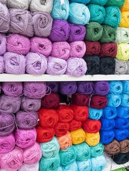 Strengen van veelkleurige draad voor handwerk close-up. achtergrondafbeelding, naaien, borduren, handgemaakt, hobby, diy concept.