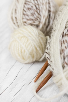 Strengen wol en houten breinaalden