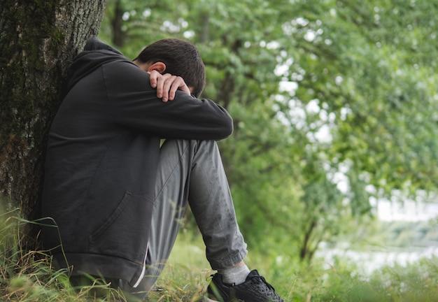 Stress man. een alleenstaande man met psychische problemen het concept