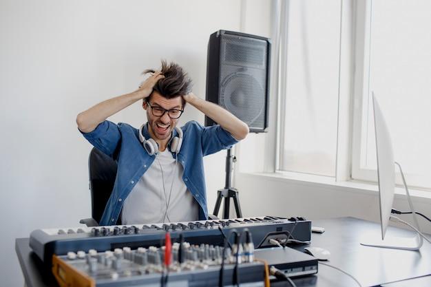 Stress man produceert thuis elektronische soundtrack in project