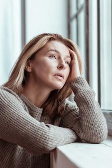 Stress na ruzie. vrouw met bruine trui voelt zich erg gestrest na ruzie met echtgenoot with