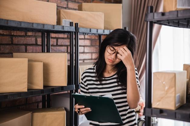 Stress vrouw tijdens het werken