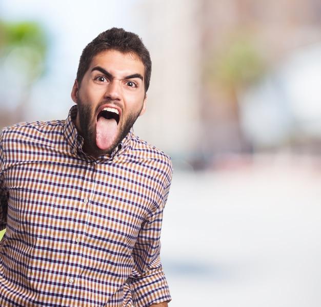 Stressed man met zijn tong uit