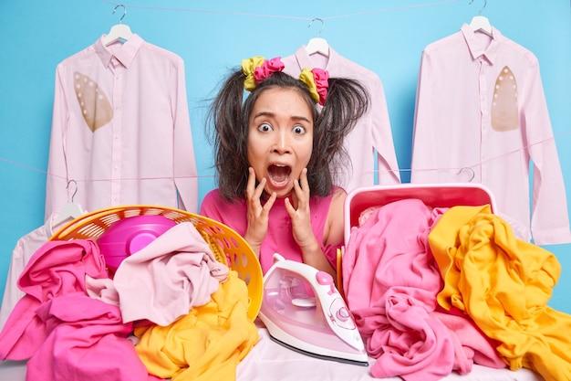 Stressvolle jonge aziatische vrouw schreeuwt luid grijpt gezicht