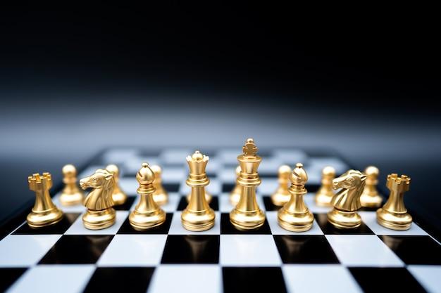 Strijd schaken sportspel staan op schaakbord met donkere achtergrond.
