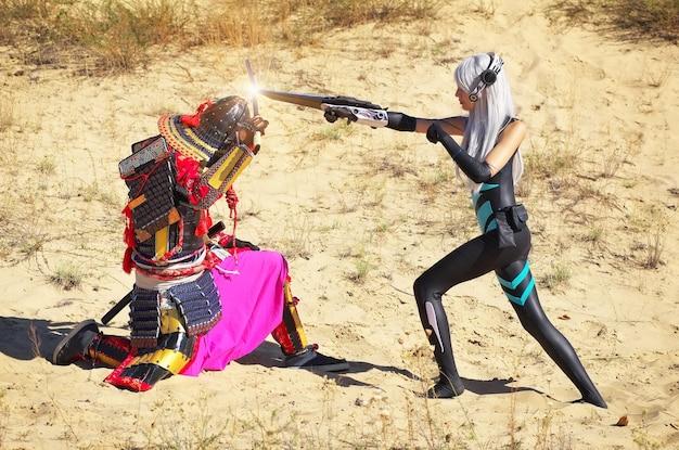 Strijd tussen twee personages: een man in samoeraikostuum met zwaard en meisje uit de toekomst met mes. originele cosplay.