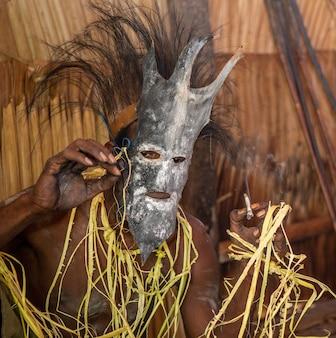 Strijder van de asmat-stam in ritueel masker.