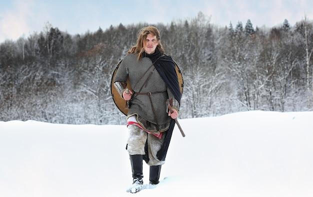 Strijder van het peloton op bestelling bescherming in de uitrusting van de noordelijke volkeren