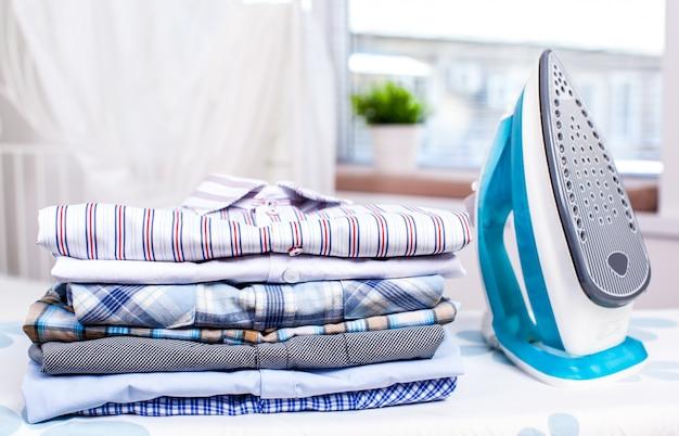 Strijkijzer en overhemden