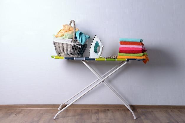 Strijkplank met wasgoed