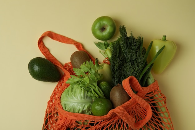 String tas met groene groenten op beige achtergrond