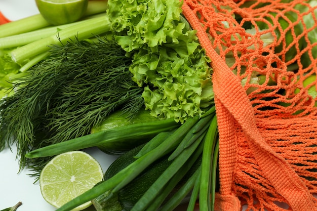 String tas met groene groenten op witte achtergrond
