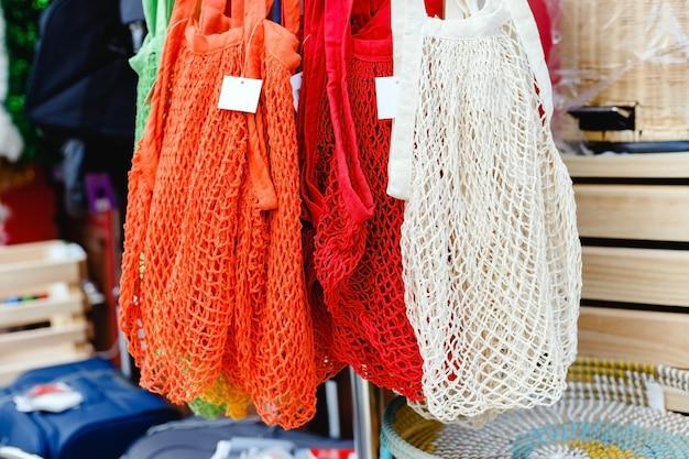 String tassen. bewaar met veel verschillende kleuren touwtassen, mand. geen plastic zero waste-winkel