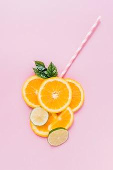 Stro dichtbij citrusvruchten en bladeren