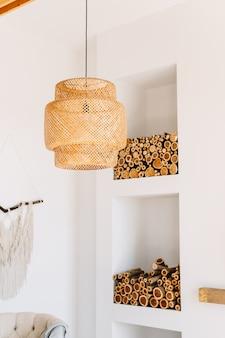 Stro lampenkap in moderne woonkamer. milieuvriendelijk interieur met natuurlijke materialen.