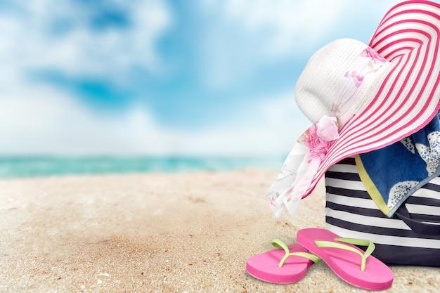 Strohoed en mand voor op het strand