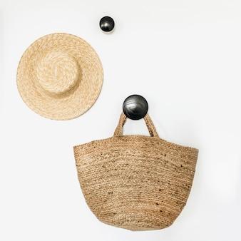 Strohoed en tas op lege hanger