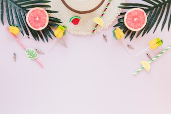 Strohoed met grapefruits en palmbladeren