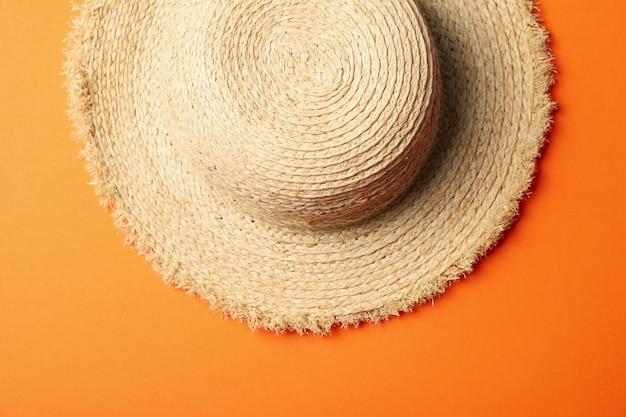 Strohoed op oranje oppervlak
