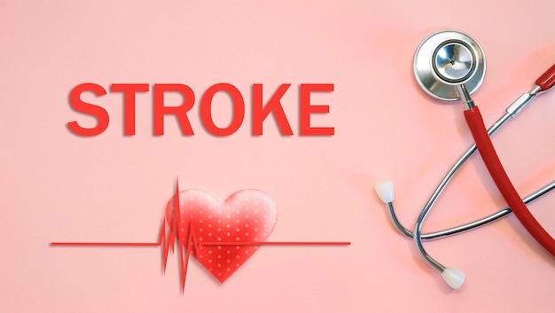 Stroke-concept met stethoscoop en hartvorm op een rode achtergrond