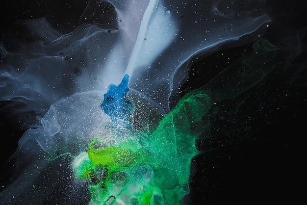 Stromen van doorschijnende tinten kronkelende metalen wervelingen schuimige sprays van kleur vormen de ruimte