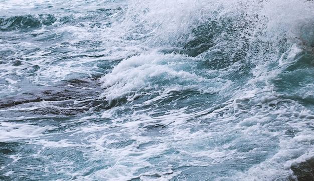 Stromend wateroppervlak. abstracte achtergrond oceaangolven