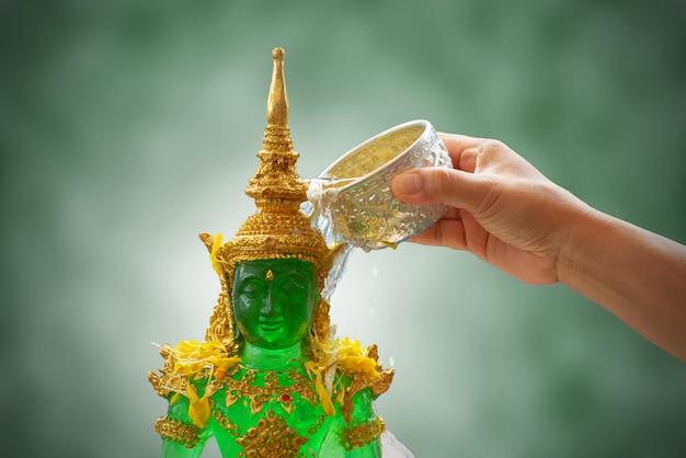 Strooi water op de emerald buddha in songkran-festival