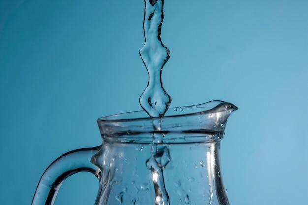Stroom van water dat in kruik wordt gegoten