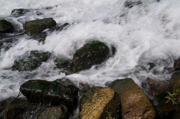 Stroom van water in meer taneycomo in branson, missouri