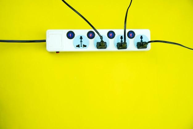 Stroomcontactdoos en stop op gele document achtergrond