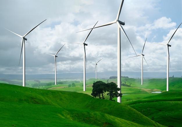 Stroomgenerator van windturbinepark in prachtig natuurlandschap voor productie van hernieuwbare energie.