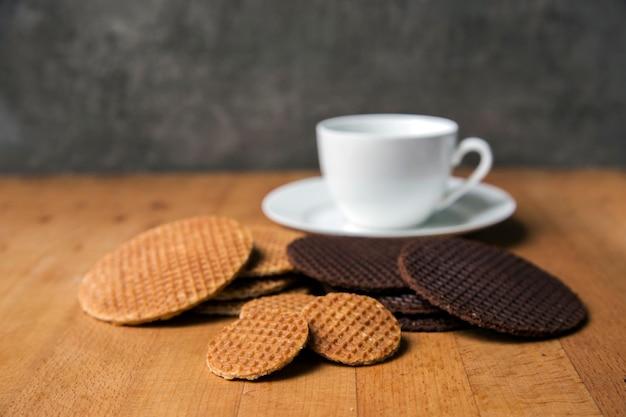 Stroopwafel origineel nederlands dessert serveren warme koffie op houten tafelblad