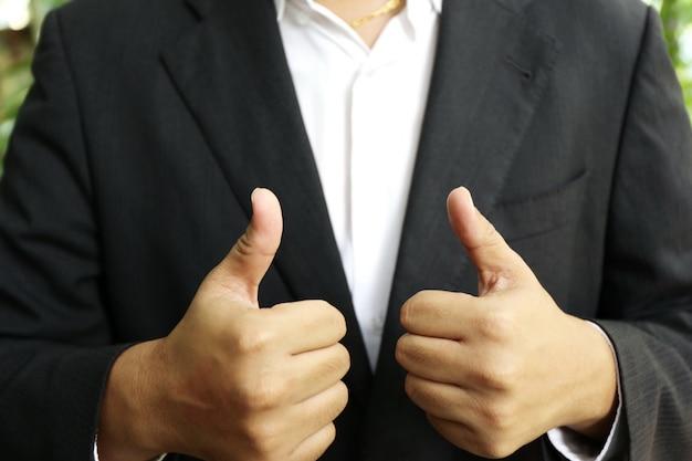 Stropdas van zakenman, elegante bankiermens die zijn kraag aanpassen voor meer vertrouwen