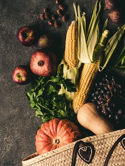 Strozak en verse natuurlijke groenten en fruit.