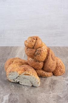 Strucia-brood in tweeën gesneden op marmer.