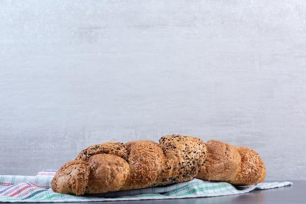 Strucia-brood op een handdoek op marmer.