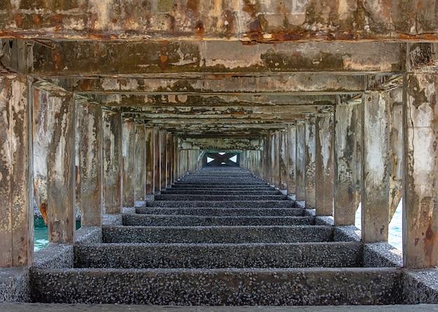 Structurele betonnen kolommen en balken onder de brug werden op zee beschadigd.