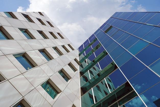 Structurele glazen gevel van kantoorgebouw
