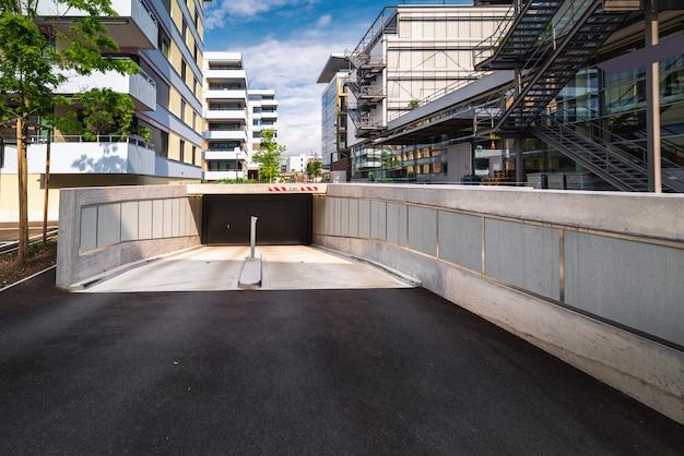 Structuur gebouw van ondergrondse tunnel voor voertuigauto naar in- en uitgang buiten het gebouw.