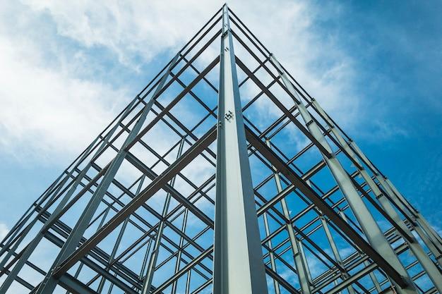 Structuur van staal voor bouwconstructie op hemelachtergrond.