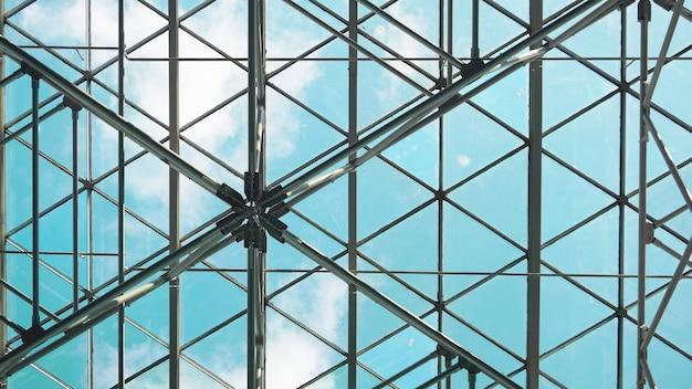 Structuur van stalen dakframe voor bouwconstructie op hemelachtergrond.