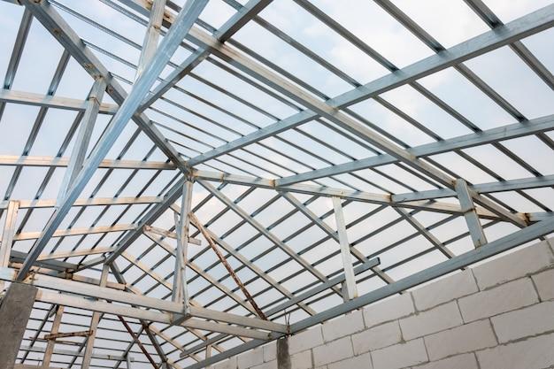 Structuur van stalen dakframe voor woningbouw. concept van woningbouw in aanbouw.