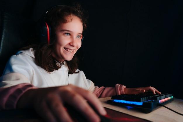Studeerkamer van een professionele gamer met stoel voor personal computer.